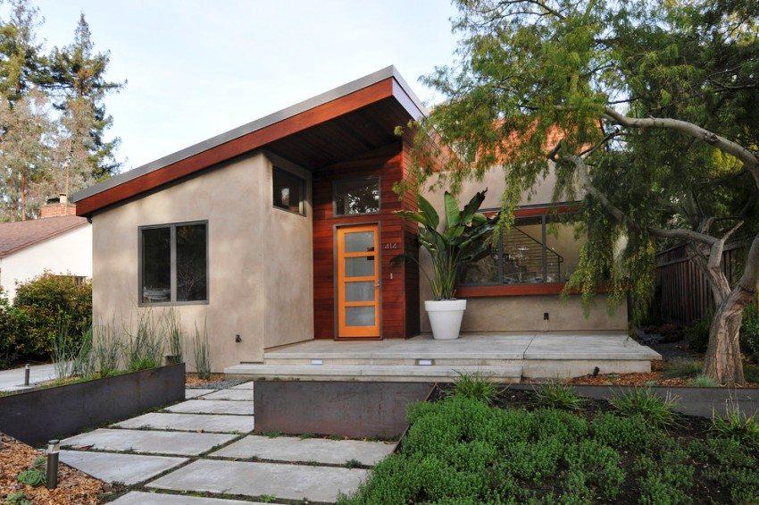 Ярко-оранжевая пластиковая дверь