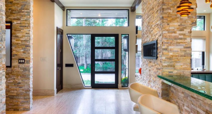 Обычно пластиковая входная дверь имеет стеклянные вставки, благодаря которым естественный солнечный свет проникает вглубь помещения