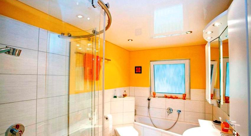 Плюсы и минусы натяжных потолков в ванной: фото и полезные советы