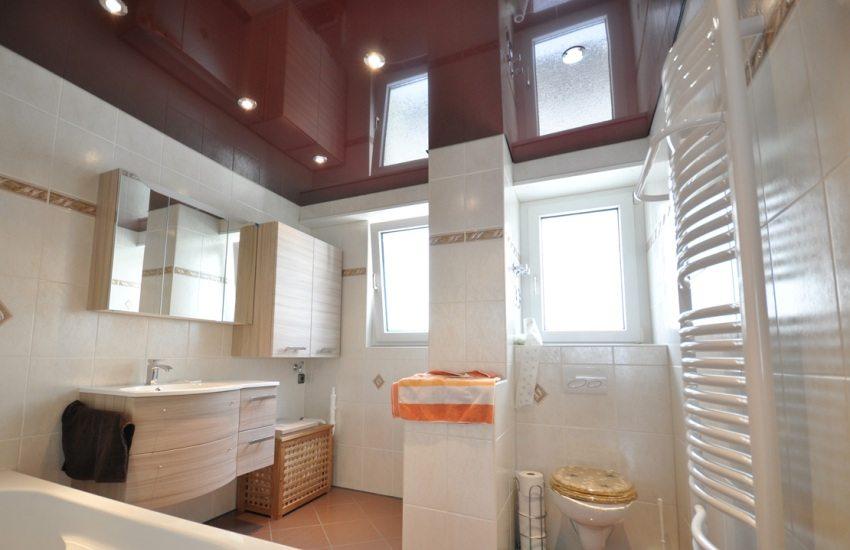 Бордовый потолок в ванной