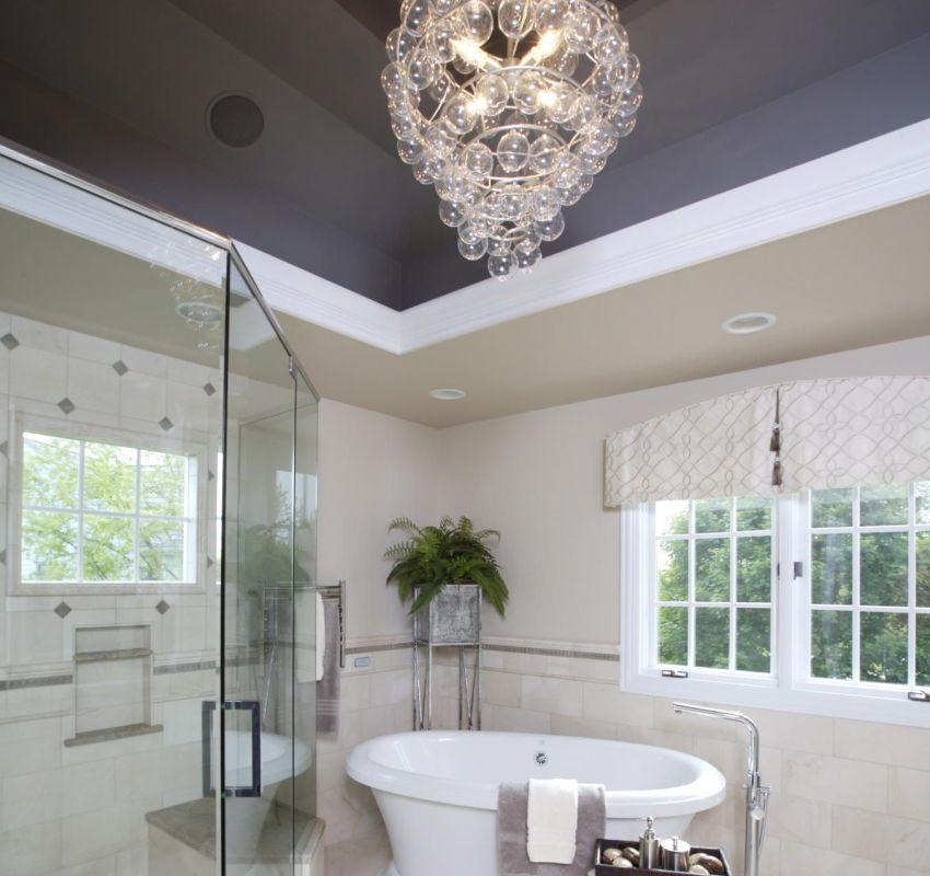 Высокий потолок сложной конструкции в ванной