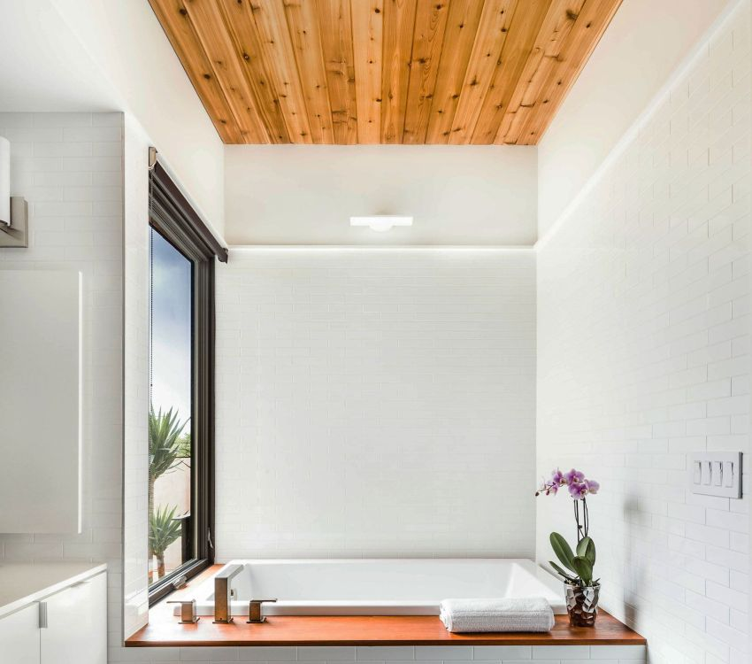 Деревянный реечный потолок в ванной комнате