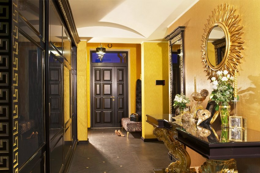 Отделка входной двери гармонирует по стилю и цвету с мебелью в прихожей
