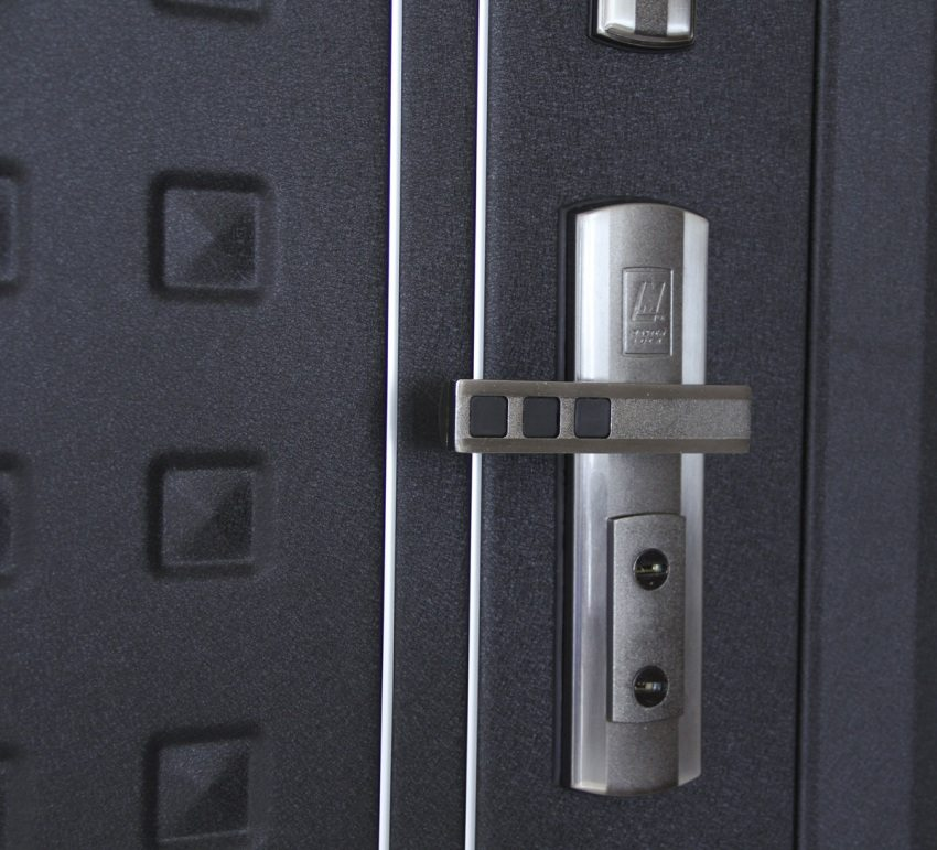 Форпост устанавливает на свои двери замки и фурнитуру компании MasterLock