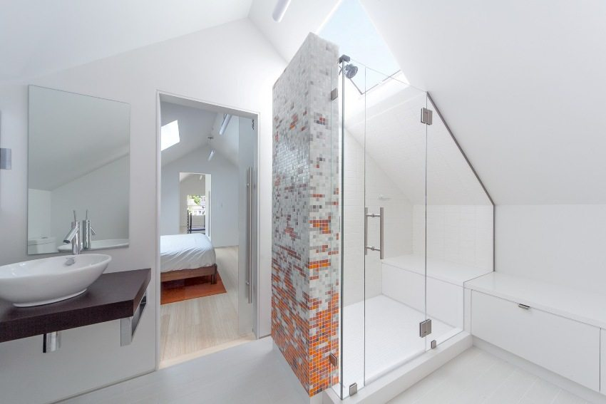 Белоснежная ванная комната в лаконичном стиле