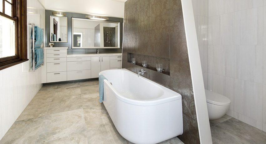 Туалет отделен от ванной скошенной перегородкой из ГКЛ
