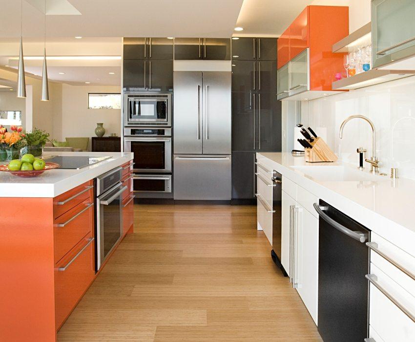 При использовании отделочных материалов светлых тонов - можно создать яркие цветовые акценты с помощью мебели