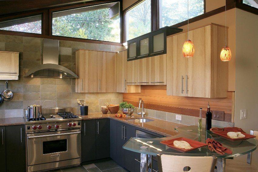 Для отделки рабочей зоны кухни использованы пластиковые панели и декоративный кирпич