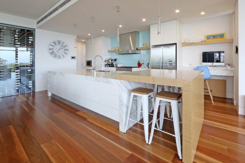 Современный акцент в интерьере кухни - стеклянный рабочий фартук