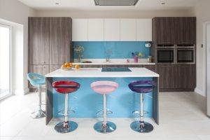 Пример сочетания в отделке различных материалов - покраски, стекла и плитки