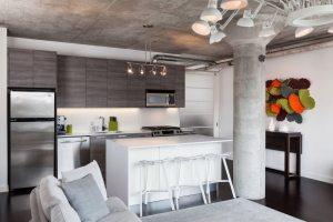 Интерьер современной кухни с элементами индустриального стиля