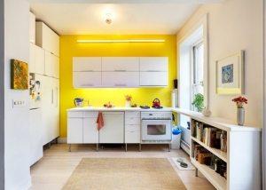 Рабочая стена кухни окрашена ярко-желтой водоэмульсионной краской