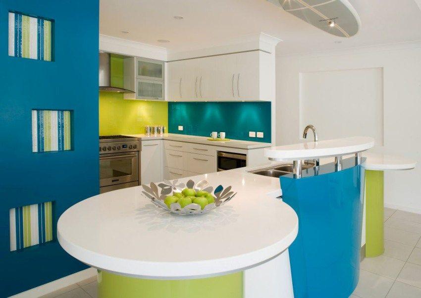 Окрашенные в различные цвета стены и плитка на полу кухни-столовой