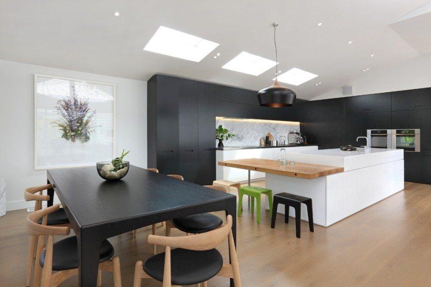 Влагостойкий ламинат на полу кухни-столовой