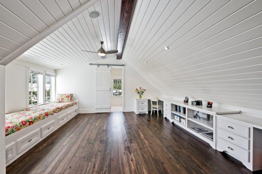Стены и потолок мансардного помещения облицованы пластиковыми панелями