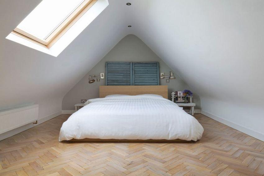 Паркет на полу спальни в мансардном помещении