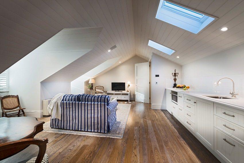 Полноценная квартира-студия, обустроенная на чердаке частного дома