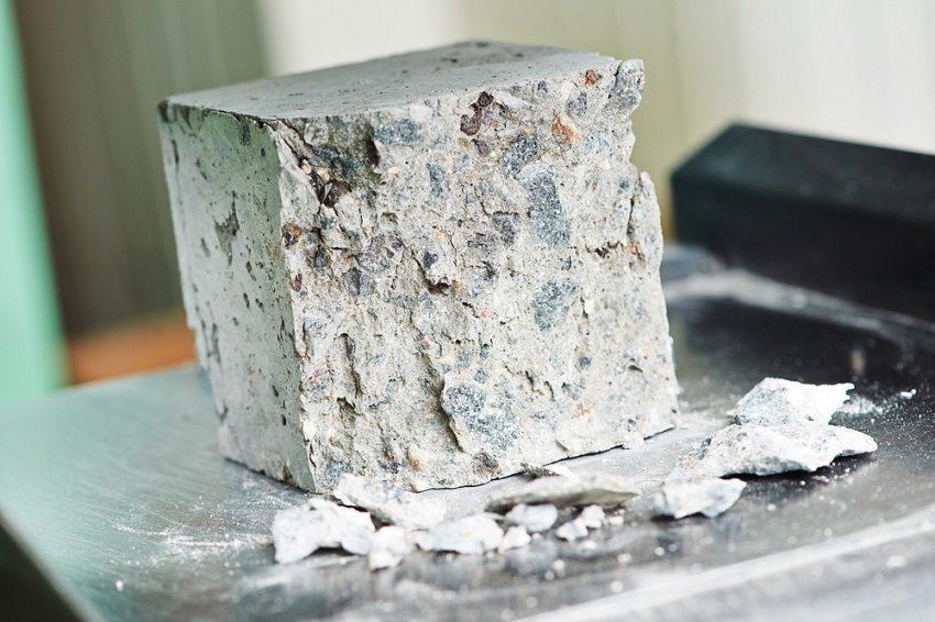 Присутствие в составе наполнителя пыли и органических включений снижает прочность бетона