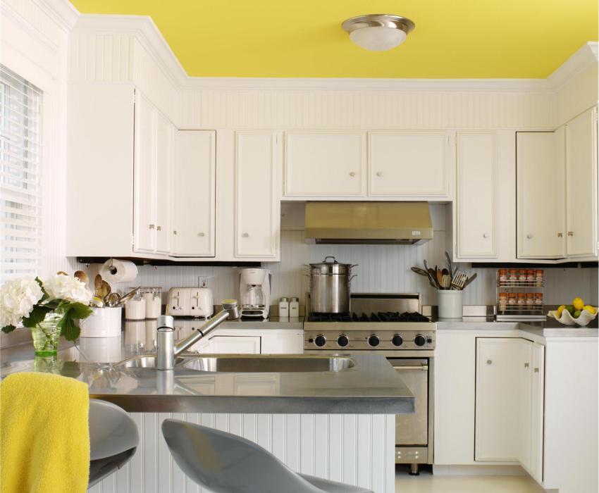 Матовый натяжной потолок ярко-желтого цвета