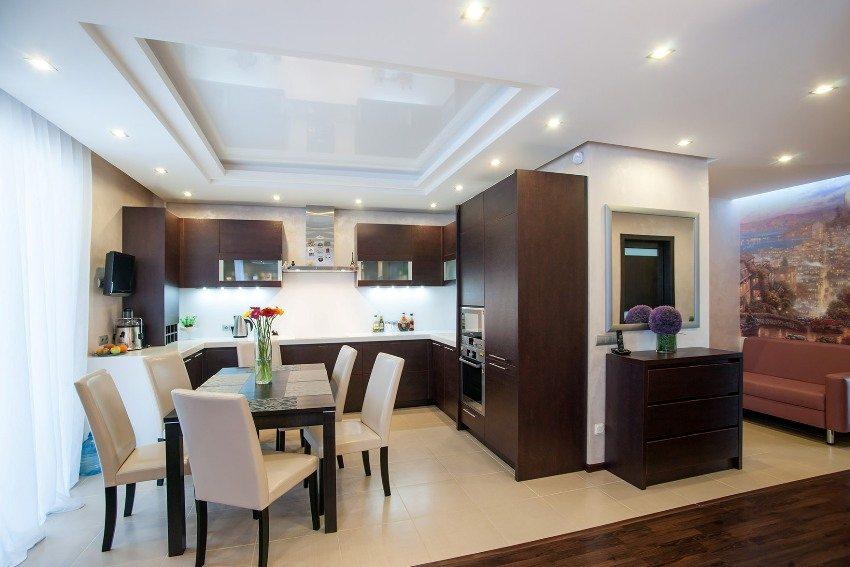 Над кухонной зоной квартиры-студии обустроен натяжной потолок