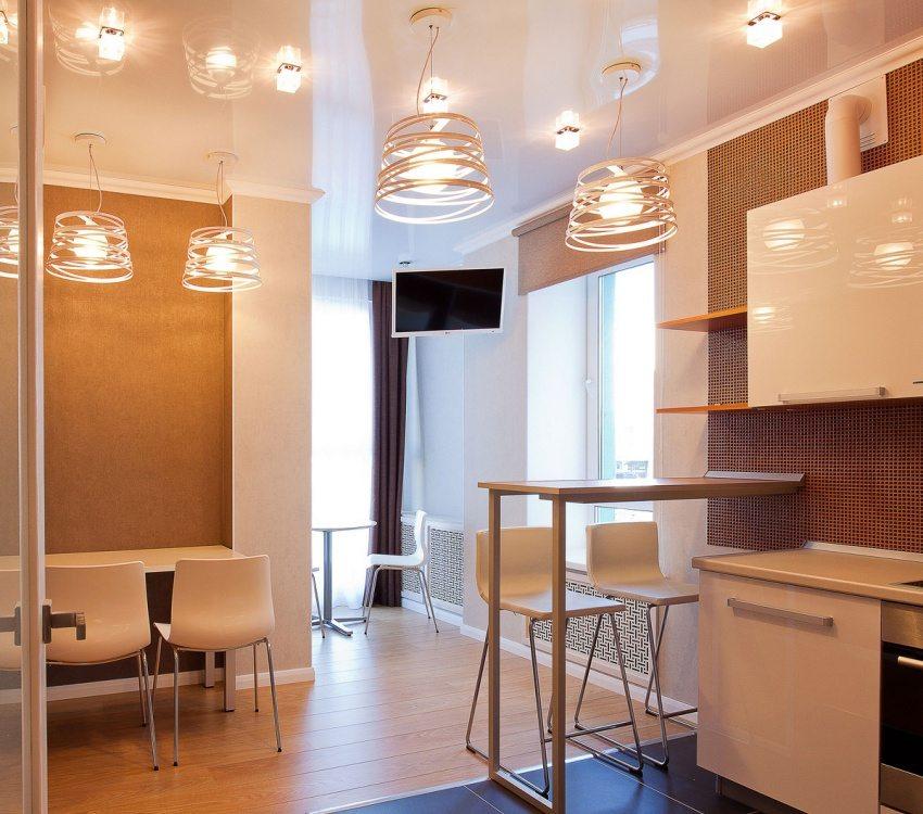 Комбинированное использование подвесных люстр и точечного освещения на кухне