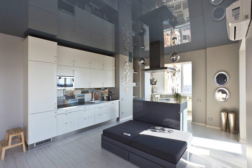 Потолок из ПВХ-пленки легко чистится и моется, он отлично подходит для отделки кухни-столовой