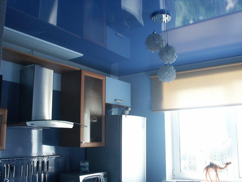 Натяжной потолок имеет высокую влагоустойчивость и не боится перепадов температуры