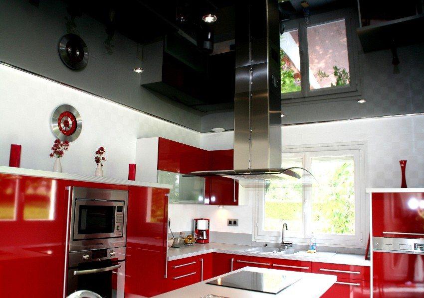 Черный потолок эффектно контрастирует с мебелью красного цвета