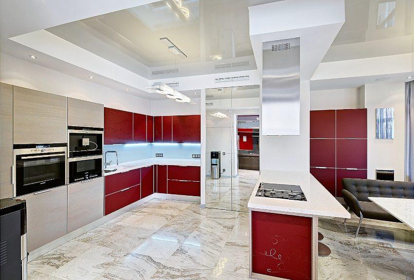 Двухуровневая конструкция из ПВХ-пленки и листов гипсокартона на потолке кухни