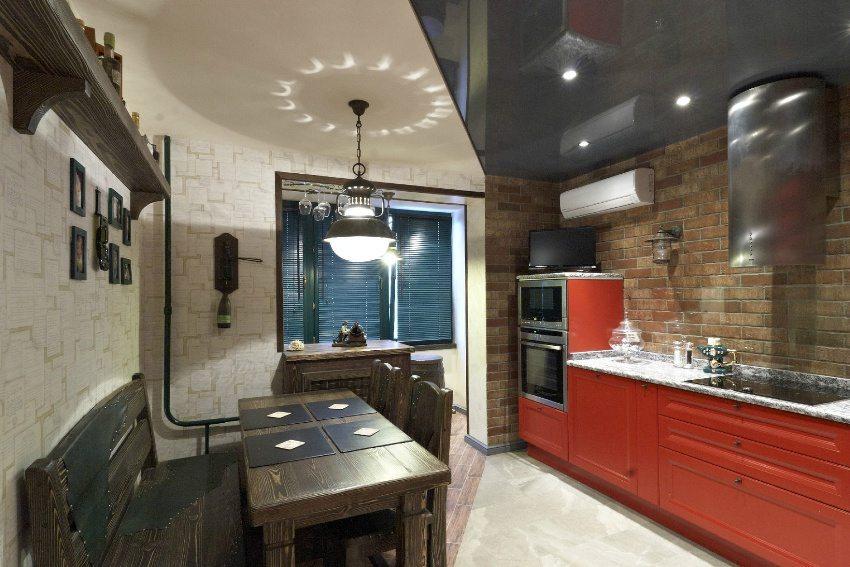 Использование глянцевой пленки поможет визуально увеличить высоту потолка в помещении