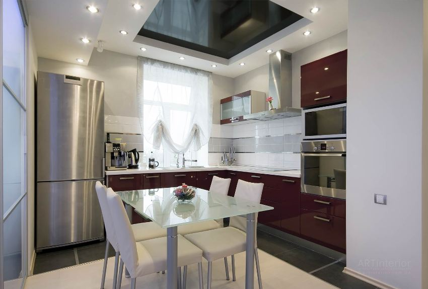 Черный глянцевый натяжной потолок над рабочей зоной на кухне