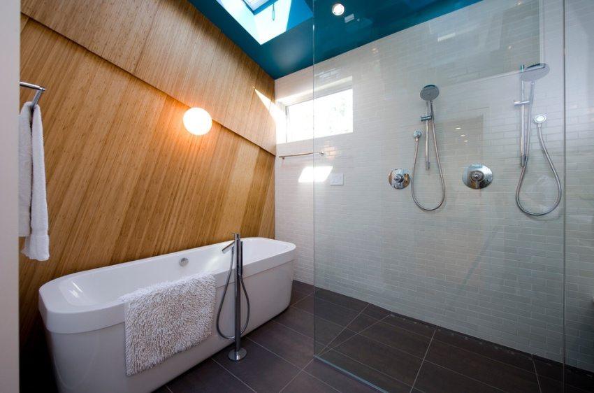 Яркий бирюзовый натяжной потолок в оформлении ванной комнаты