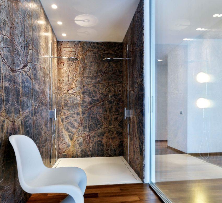 Чтобы получить мягкий рассеянный свет, источники освещения можно спрятать за поверхностью натяжного потолка