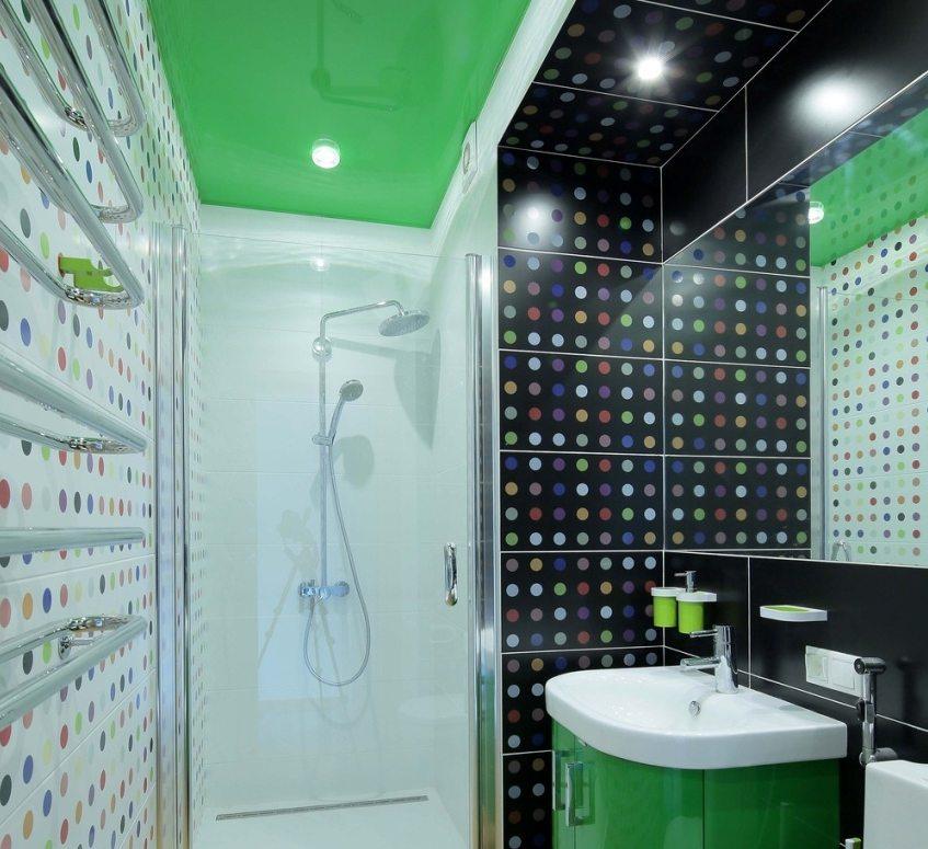 Эффектный ярко-зеленый натяжной потолок в ванной комнате