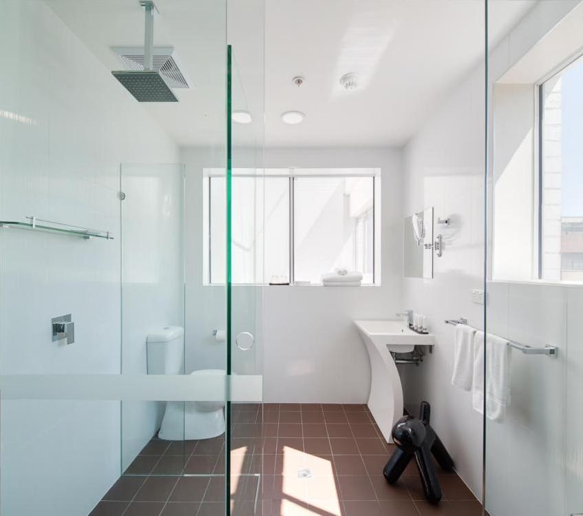 Белый натяжной потолок в минималистской ванной