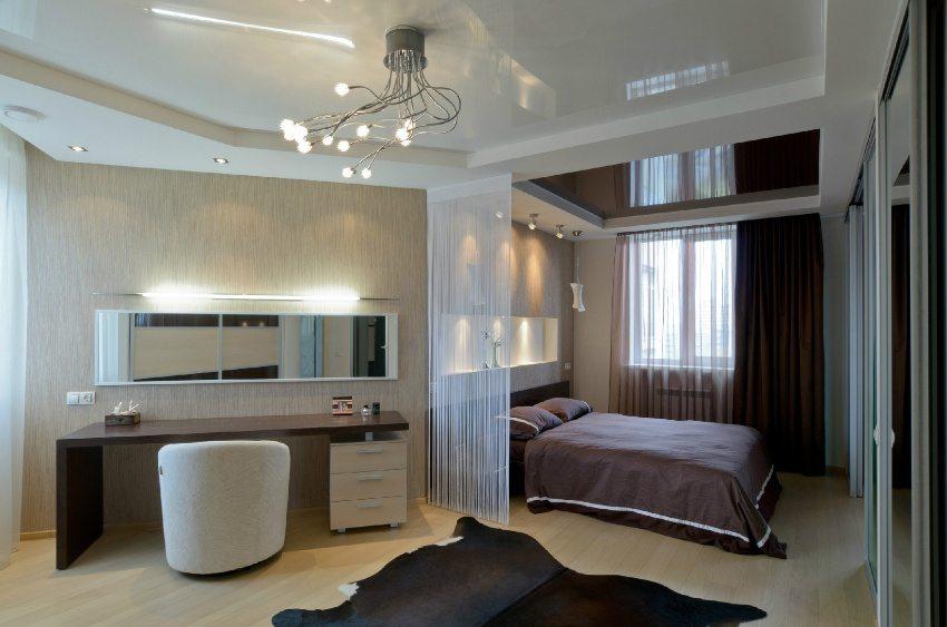 Натяжные потолки для спальни. Фото вариантов. Выбор освещения