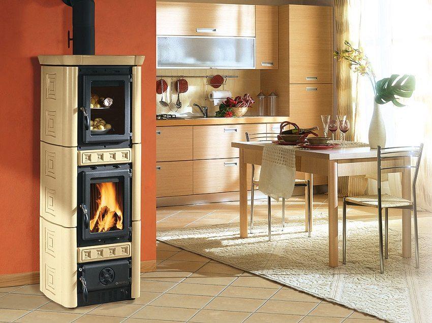 Печь с камином и духовкой замечательно вписывается в интерьер кухни