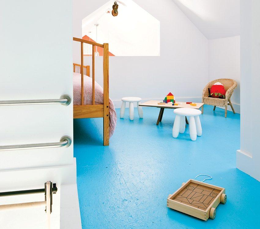 Яркий голубой наливной пол в детской комнате