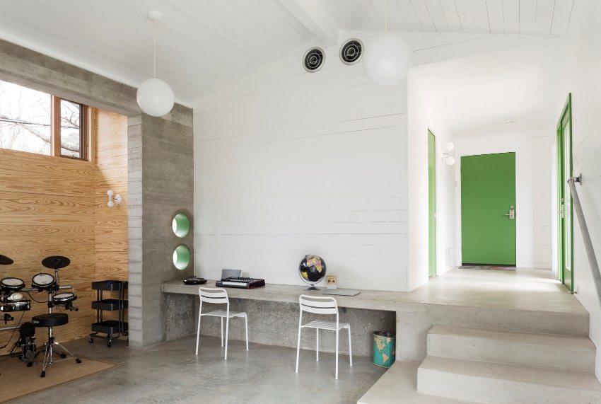 Ярко-зеленые межкомнатные двери эффектно выделяются на фоне белых стен
