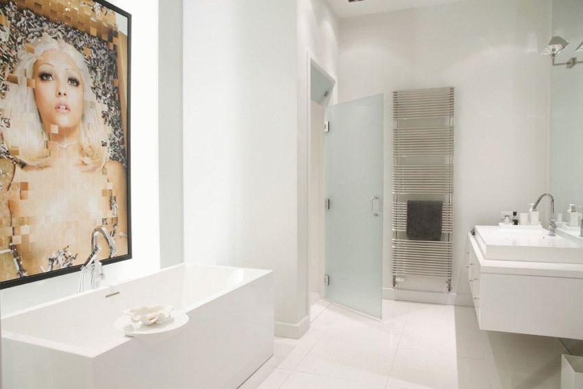 Стеклянная распашная дверь в ванной комнате