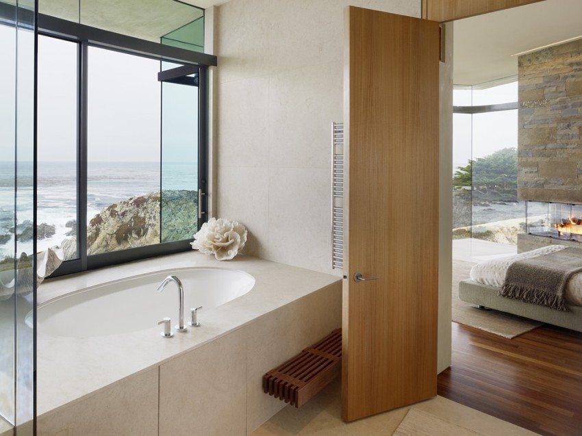 Дверь из натурального дерева между спальней и ванной комнатой