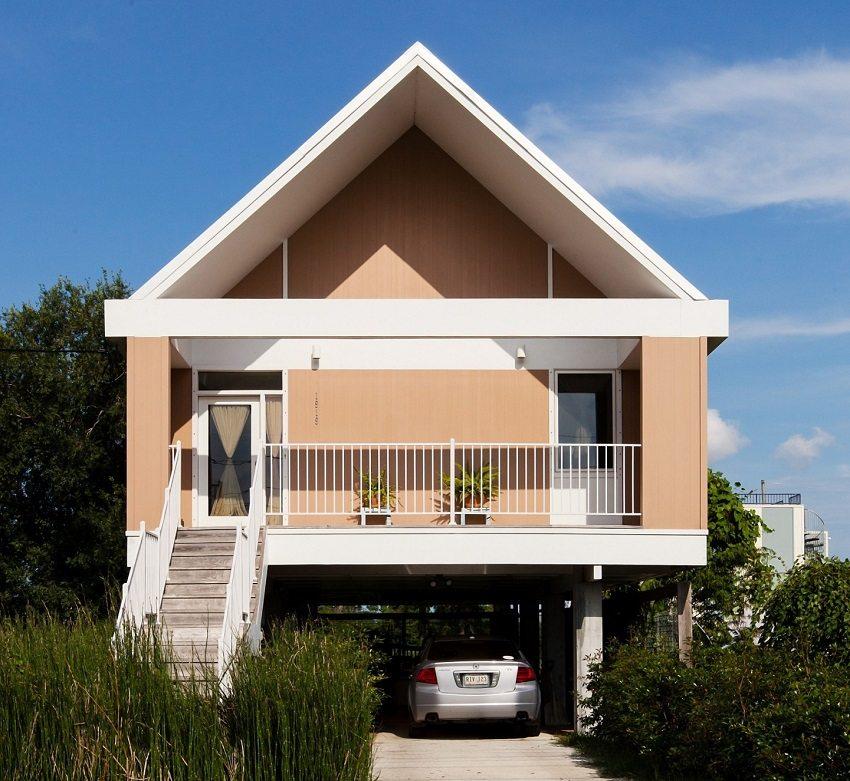 Место под домом с высоким фундаментом из свай можно использовать, как навес для машины