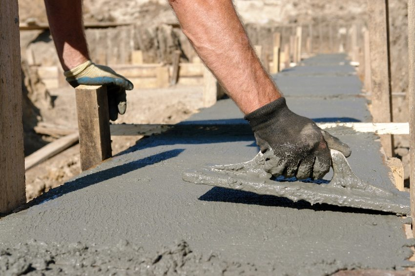 Заливка ленточного фундамента бетонной смесью