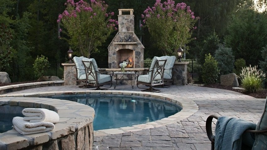 Зона отдыха с бассейном и камином