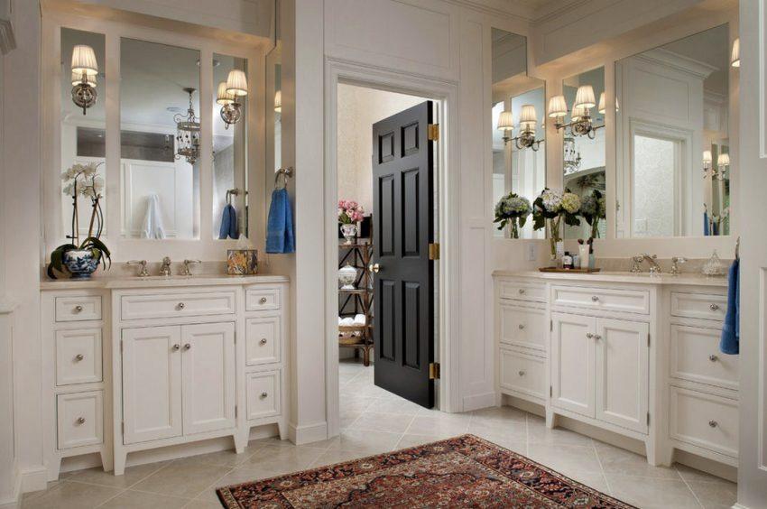 Распашная дверь из темного дерева в ванной комнате