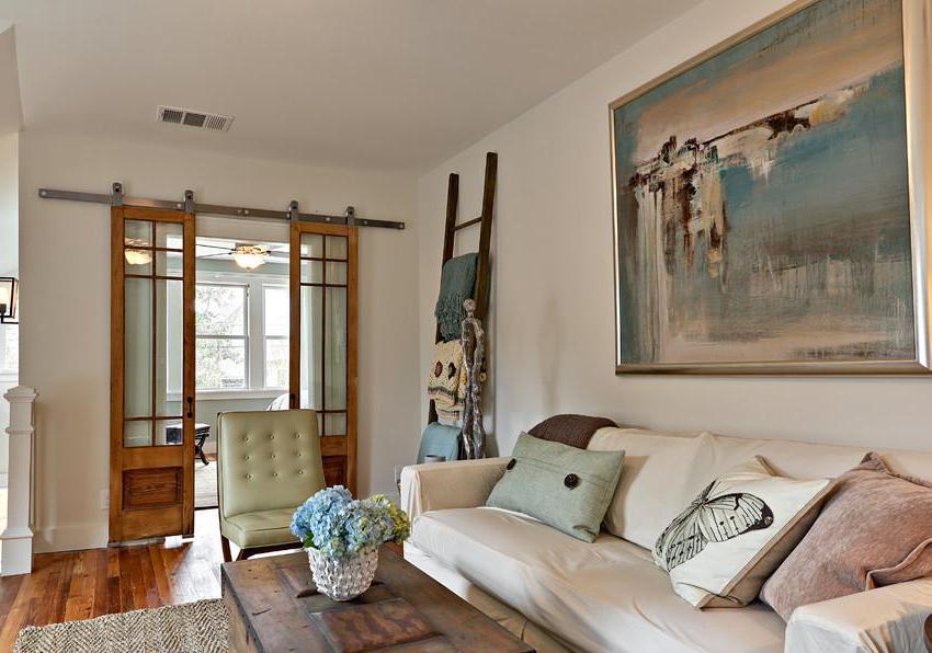 Раздвижные деревянные двери в гостиной