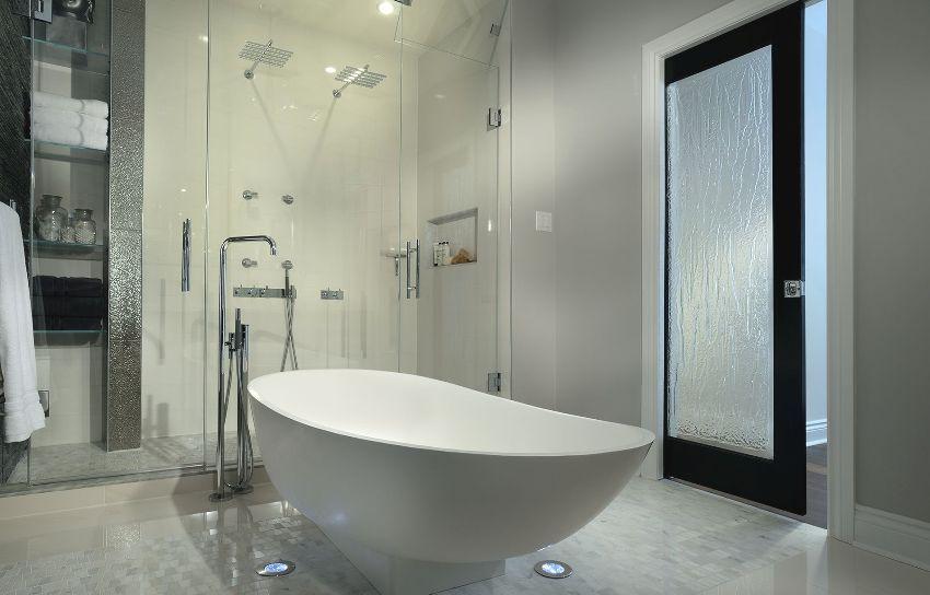 Дверь в ванной выполнена из рельефного матового стекла