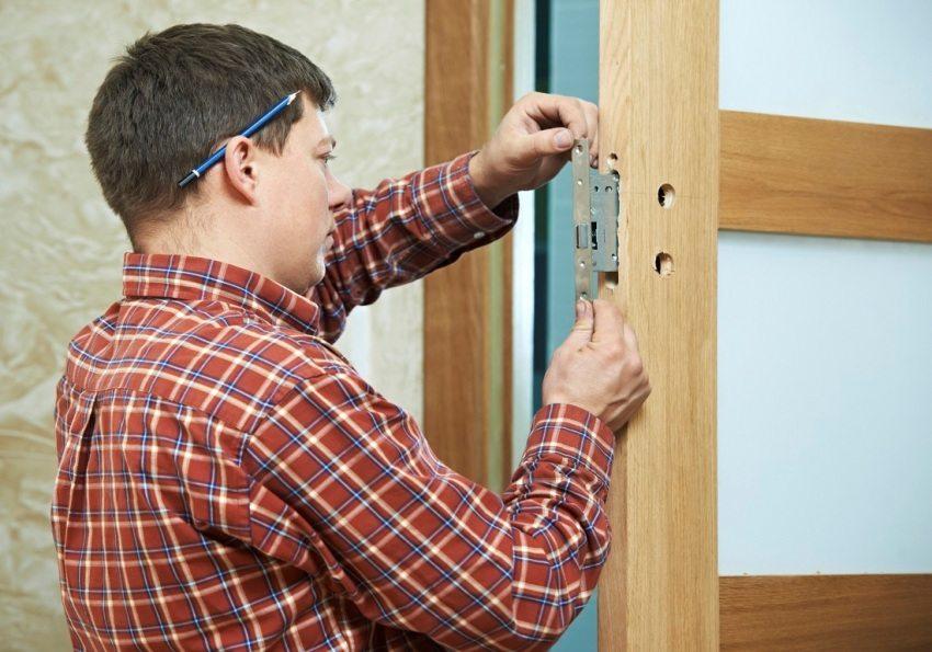 Врезка замка и установка дверной фурнитуры своими руками