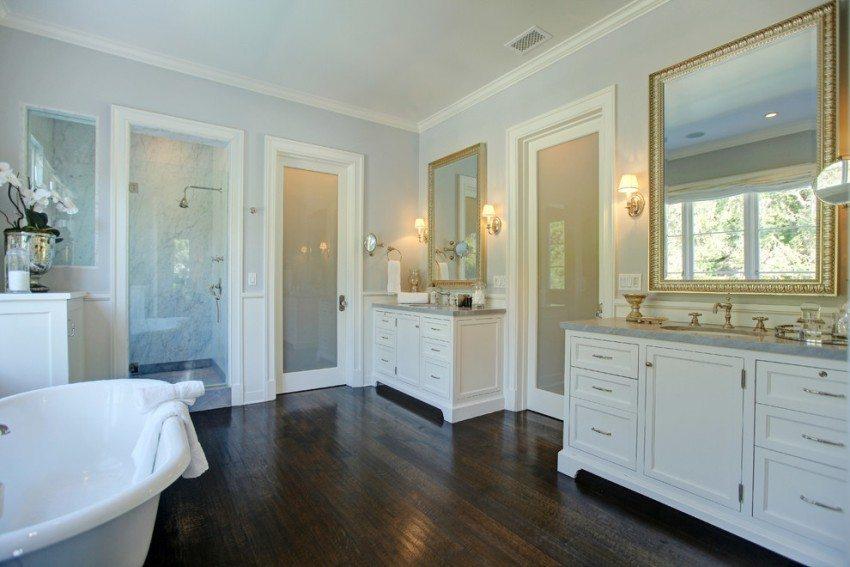 В ванной установлены двери из матового непрозрачного стекла