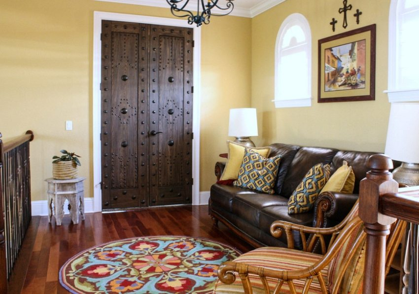 Массивные деревянные двери в комнате